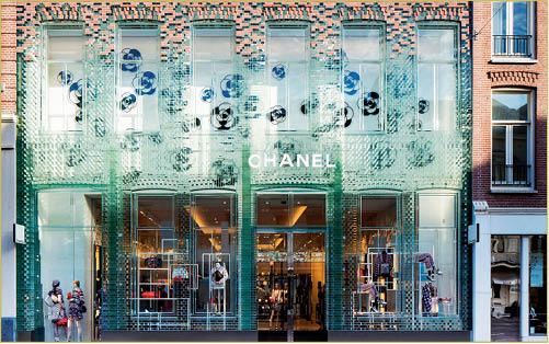 你一定要逛「其實全世界邊度買都一樣」的名牌專門店嗎?P.C.Hooftstraat是屬於你的,至少可以看看Chanel在裝潢風格改變後的第一間shop。
