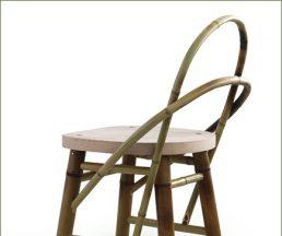 利志榮設計的竹椅擁有兩枝彎竹的椅背、木面板與竹橫枝椅腳。