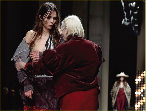 那種玩立體裁剪和draping設計的款式,要來支撐全件衣物不致崩潰倒塌的「唯一一粒鈕」通常比較大鑊,Vivienne Westwood 2016年秋冬其中一位模特兒「甩鈕」走光,西太后及時上前為她整頓衣服。