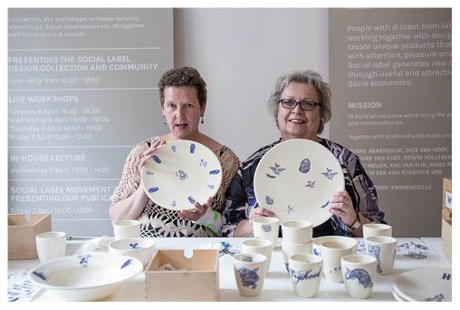 精神病患者Marina(左)與Ans將圖案貼在陶瓷杯碟上,她們感到自己是社會一分子。