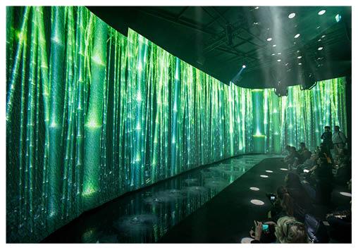 Panasonic將米蘭歷史美術學院其中一個房間變成電影院,透過投影短片呈現工藝與自然的關係,加以水點、霧氣等特別效果,視覺聽覺上都頗震撼。