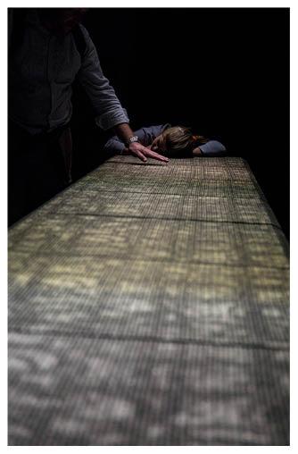 由京都歷史悠久的紡織工場HOSOO與Panasonic Design團隊合作設計的《織之響》裝置,西陣織布幔糅合了導電的金箔和銀箔,觸摸它便會發出不同聲音。