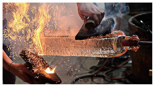 玻璃燈與日本傳統燒杉同樣經歷猛火考驗,是人類寶貴的工藝成果。