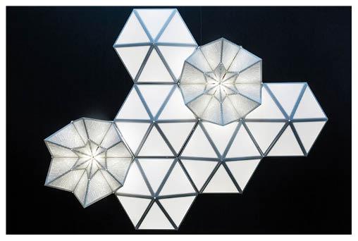 手織蕾絲屬斯洛文尼亞特產,以往主要應用在點綴窗戶和衣飾上,原來還可以成為六角形活動燈光裝置,內置感應器,一有人經過便會如花朵般盛開。