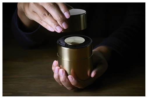 「響筒」驟眼看來以為是茶罐,其實是一個小巧喇叭,造工精緻,由日本最古老的手作茶罐老字號開化堂製作。