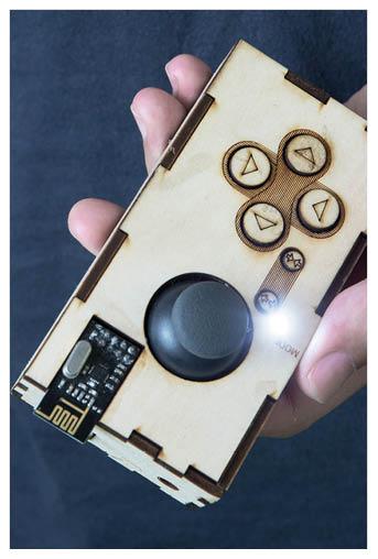 雷射切割出木製搖控器,以無線電操作。