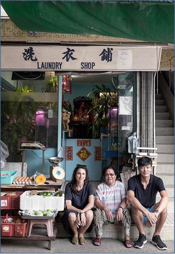 建築師Geraldine Borio(左)早前搬進坪洲生活,因為一直很喜歡充滿香港風味的洗衣舖,因此和Jae Lim(右)合夥租下洗衣舖對面舖位,開設活動室。