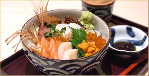 太古城「北海丼」的招牌海鮮丼,用上微溫微醋米飯拌以飯素,做法正宗。