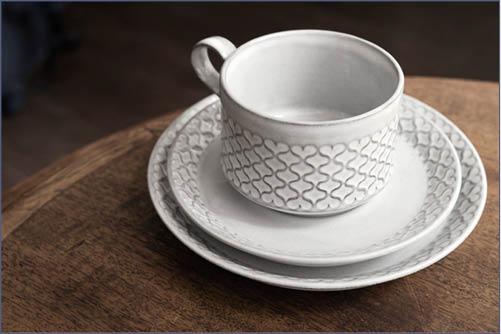 出自上世紀六十年代丹麥知名陶藝家Jens Harald Quistgaard的一套杯子,灰沉的色彩配上心形花紋,設計實而不華。