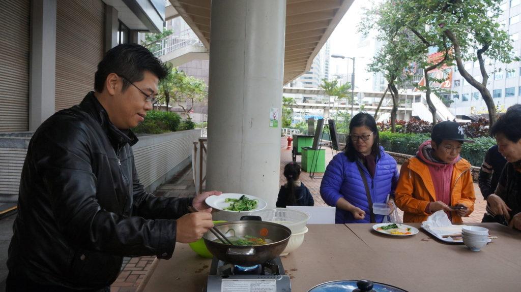 收割工作坊當日,Tony負責把參加者收割的油墨菜即場煮好,分享美味。
