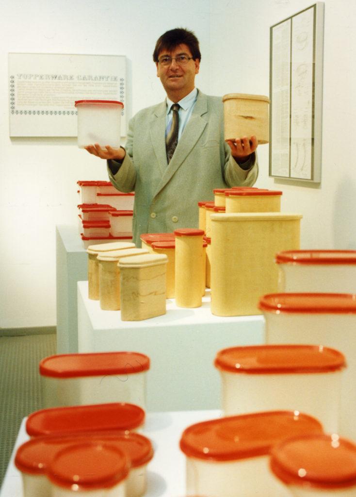 1992年,Peter拿着獲頒紅點設計獎的美國Tupperware特百惠食物盒。