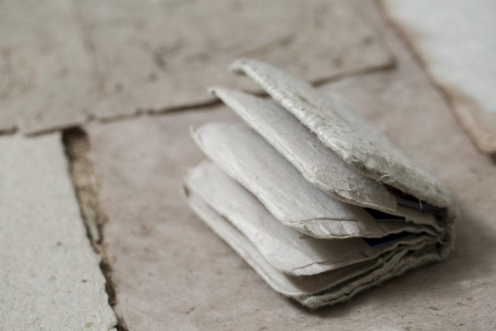 用自製的紙張加工成銀包,原來比她想像中更耐用;她卻不急着推出類似產品,情願慢慢觀察紙張的變化。