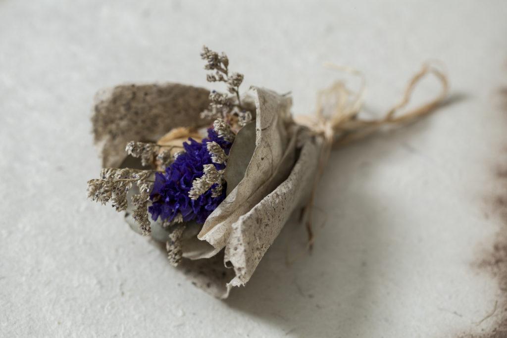 粗糙反而是天然手造紙的優點,用來搭配乾花最好不過。
