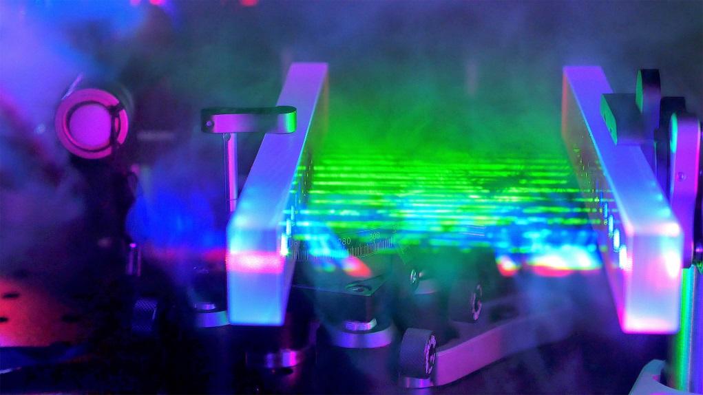 FACED快速激光掃描技術,以每秒百萬至千萬行高速掃描,毋須採用機械操縱反光鏡;換言之,是突破了物理慣性的限制。(圖片由香港大學提供)