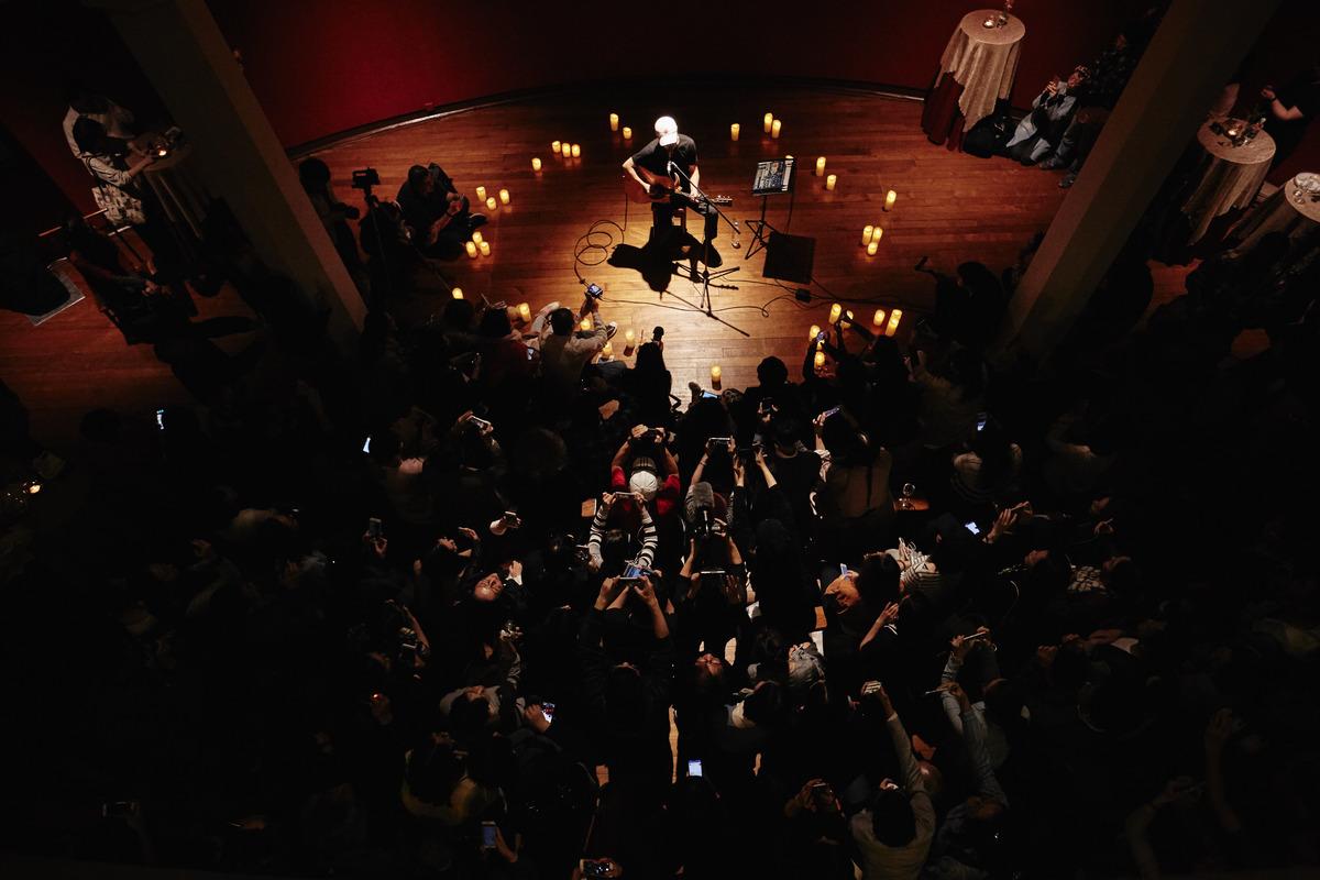 今屆香港國際詩歌之夜將歌詞納入詩之中,在朗誦會中予有加入音樂內容。圖中演出者為崔健。