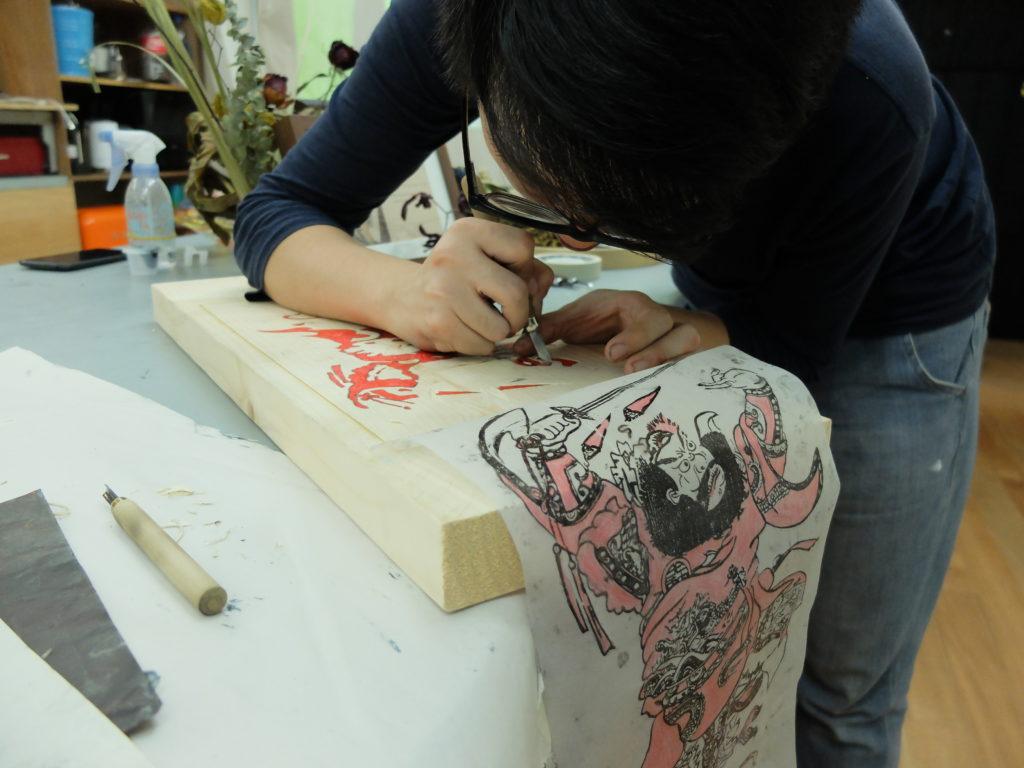 製作雙色門神版畫甚為費時,要刻兩塊木版來印不同顏色。
