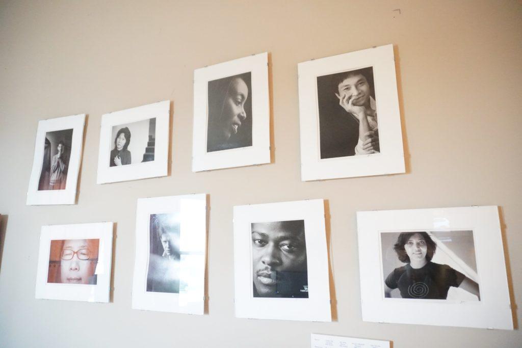IWP的辦公室裏掛滿曾參加的作家肖像照,消除國族邊界,包括邊緣與中心的地域,香港文學也包含其中。
