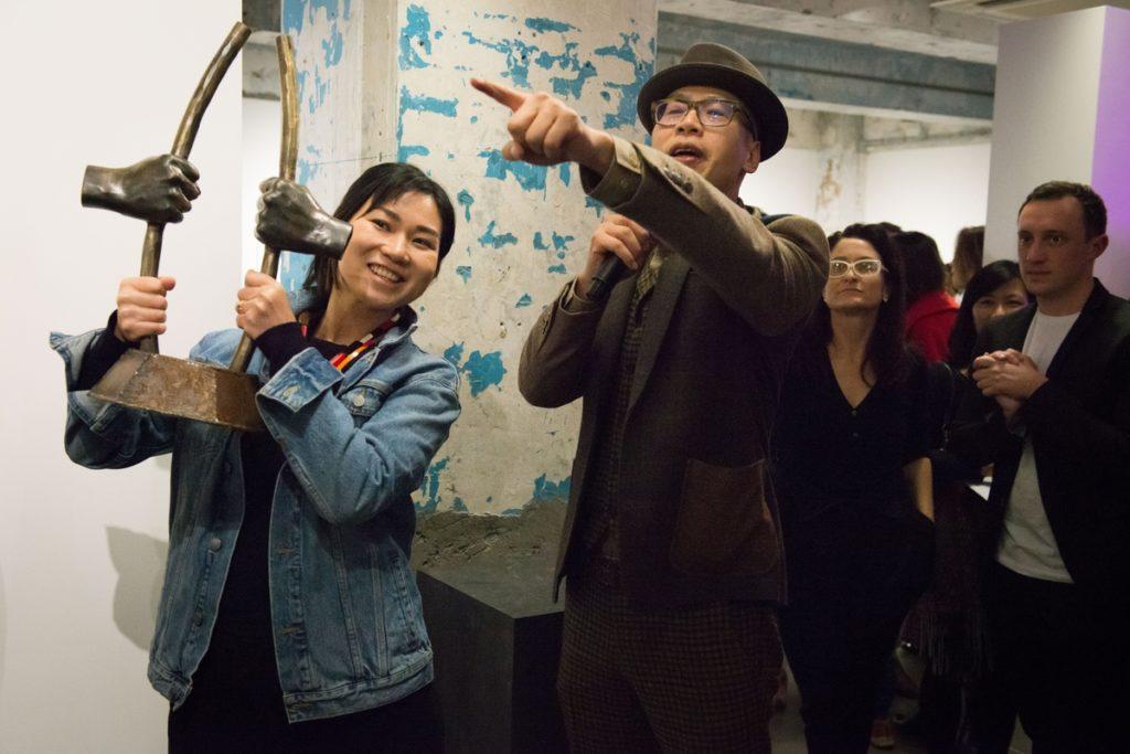 周穎璇從藝術家黃國才(右)手中接過他親製的人權藝術獎獎座