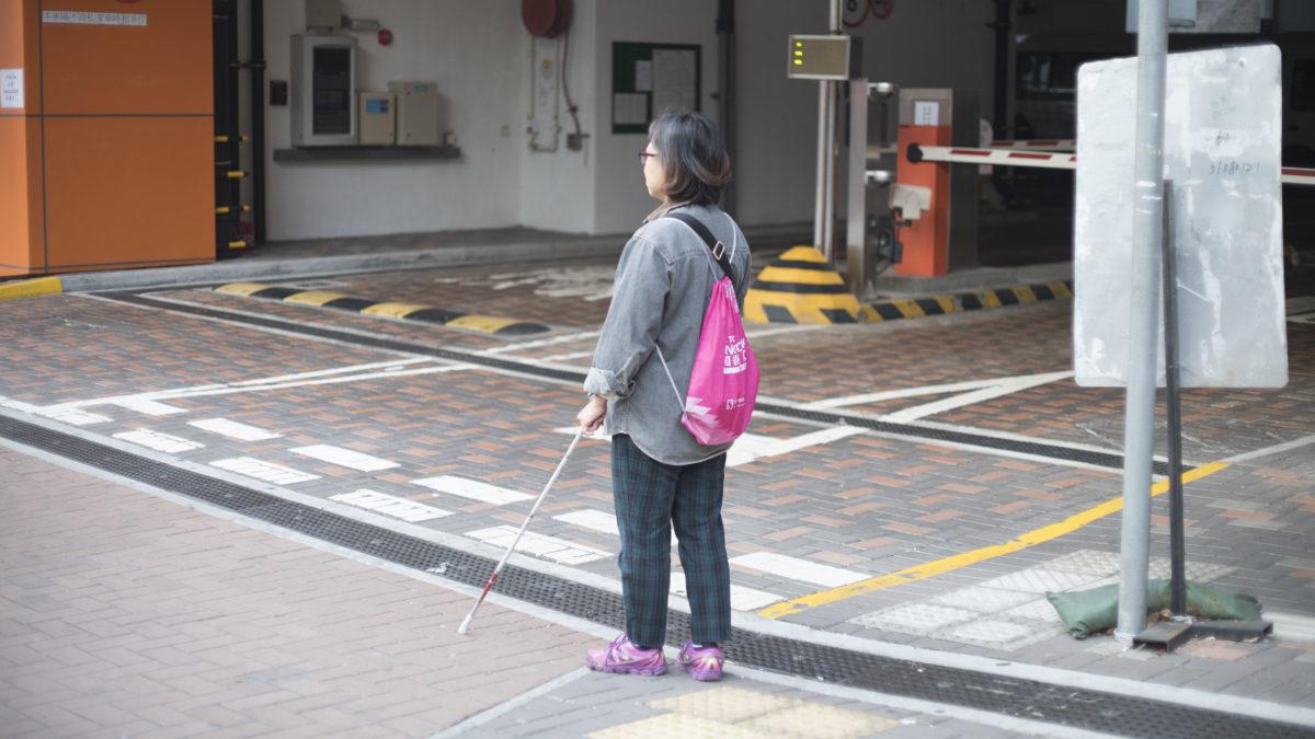 停車場車輛的出入沒有預警,隨時會為視障人士帶來危險。