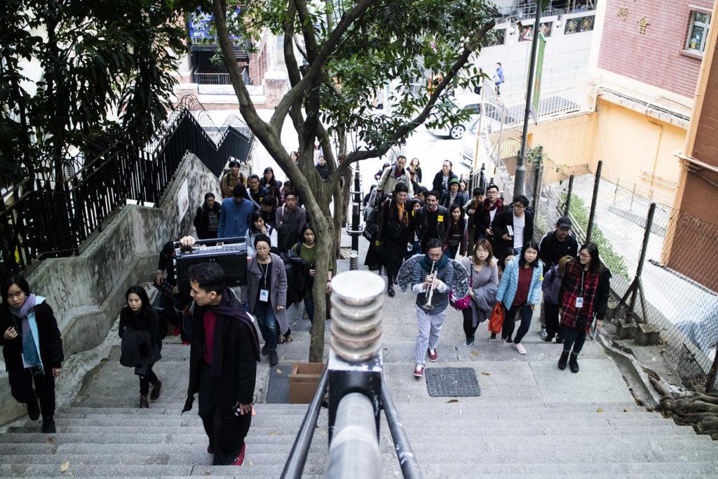參加者先於上環的文武廟集合,走過樓梯街,再進入永利街的休憩公園。