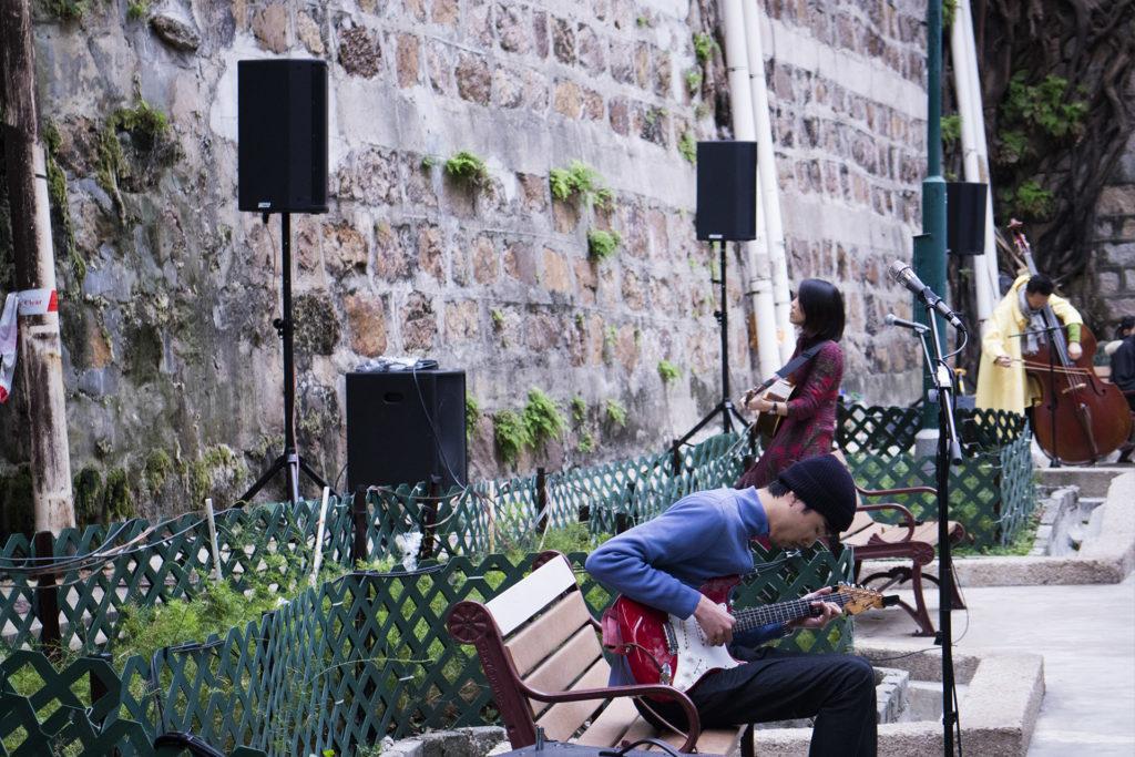樂手在公園內演奏,像一場與空間對話的音樂之旅。
