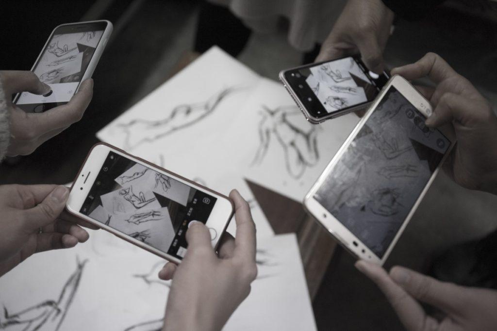 每次課堂後,畫家們都會交流創作心得,拍下畫作記錄。