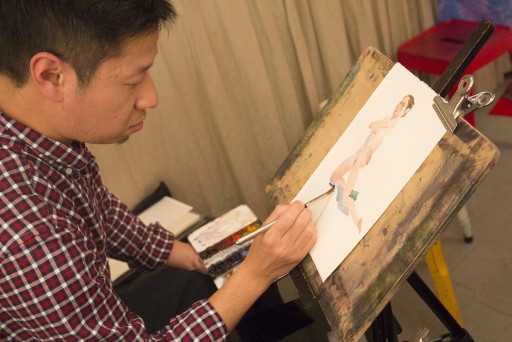 阿健認為裸體模特兒肌肉線條和陰影較複雜,所以繪畫時,比有穿衣服的人像所花較長時間。