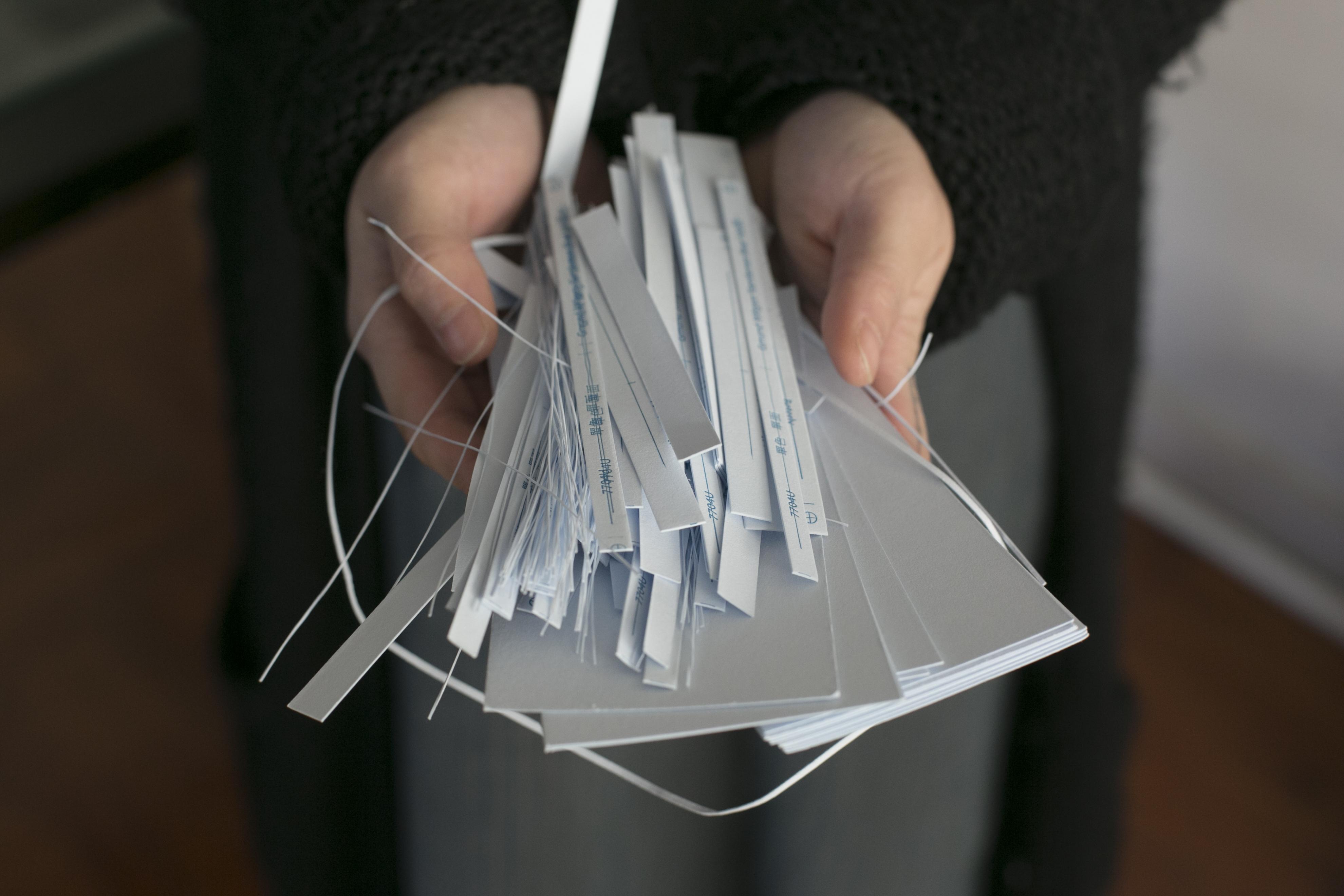 這些大小不一的紙邊紙碎,人人視之為垃圾,經Because一雙巧手加工,會變成全新的紙張。