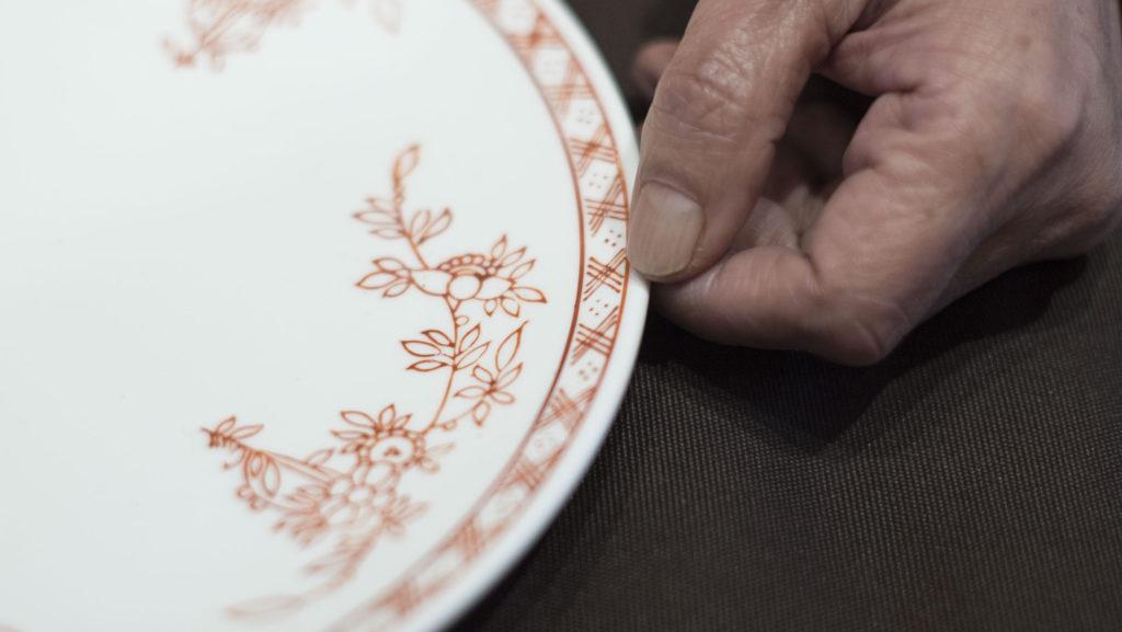 譚師父強調,即使選用印章,瓷碟邊的兩條車線亦會堅持手畫,因為手繪車線是廣瓷傳統,亦是盡顯功架的地方。