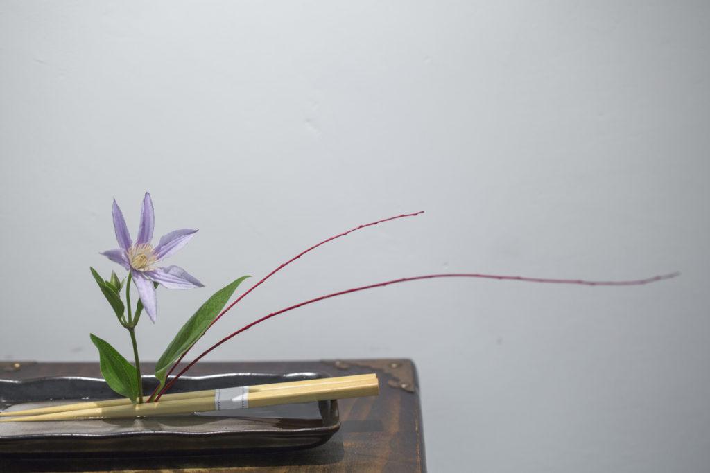 筷子固定鐵線蓮、赤柳,讓安靜的角落出現跳躍感。