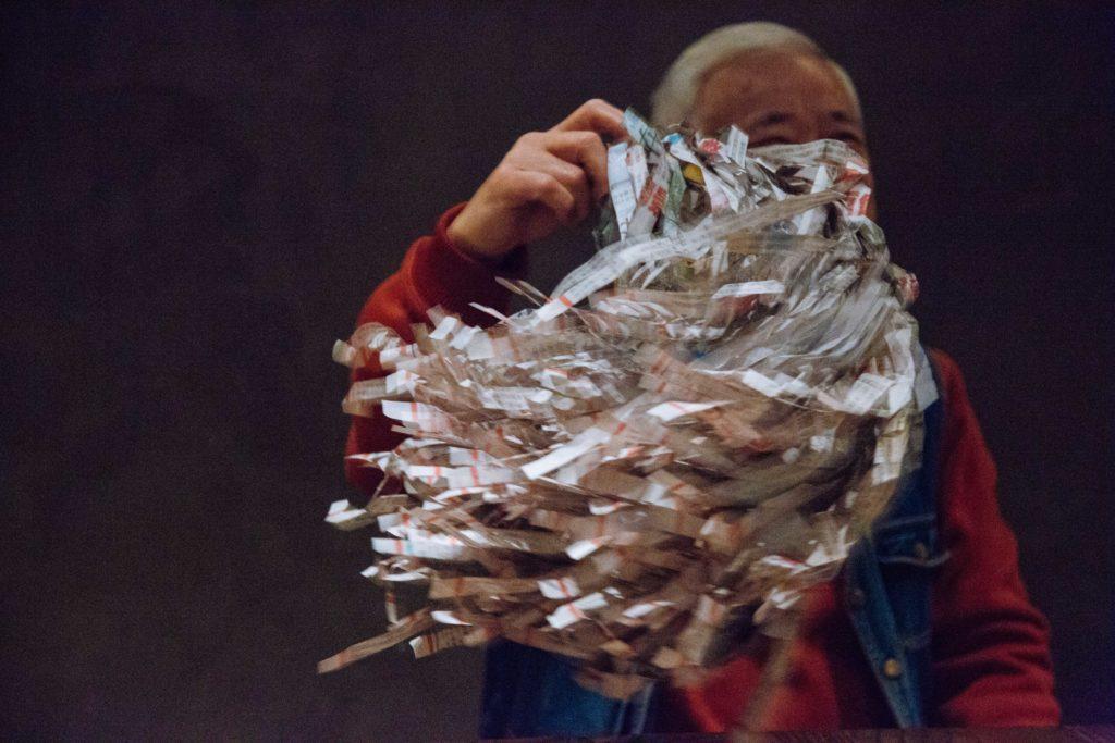 這個報紙碎條球很好用,模擬草地奔跑、植物受風吹搖曳等都好像真。