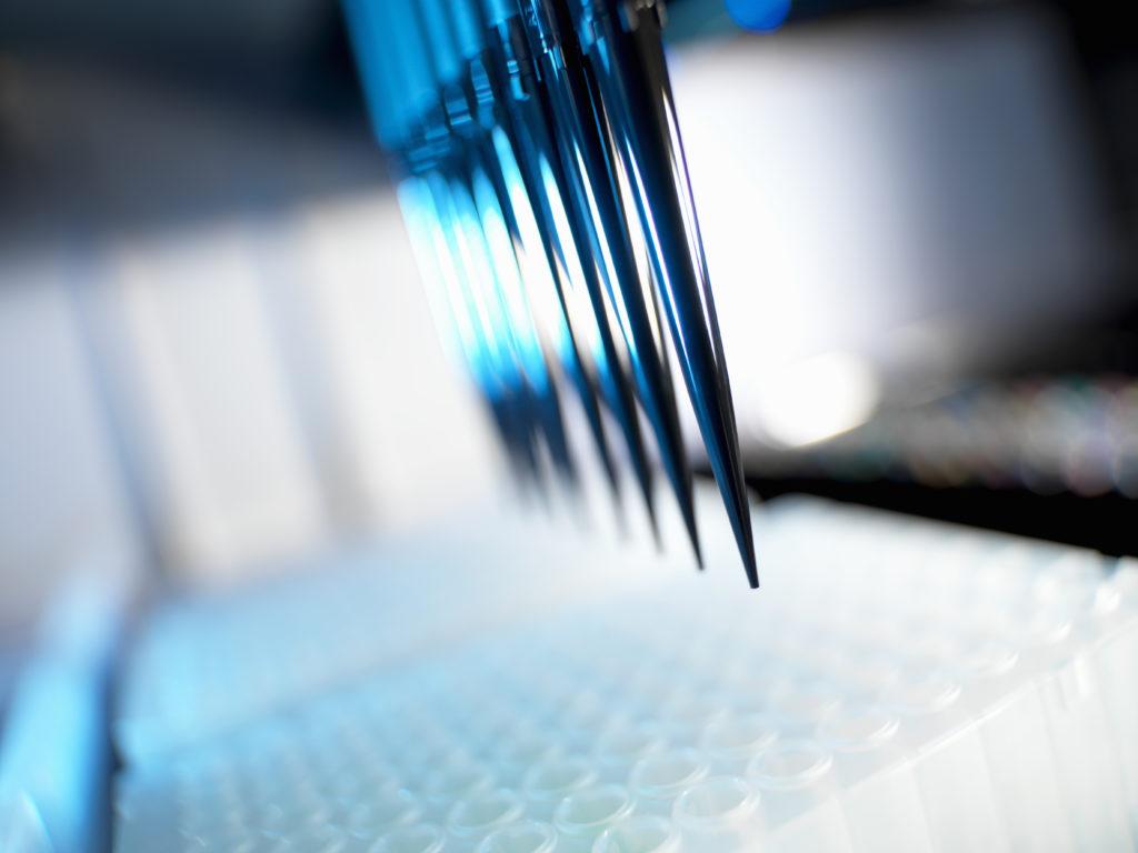戴勤勇指有些基因突變不是很普遍,如常見的肺癌, EGFR 基因突變在亞洲人群中可以有超過40%,但小 部分是一些罕見的突變,如 HER2、BRAF 等,但只 佔1%個案。NGS 可將類似的多個突變的基因辨認出來,給醫生提供多一個更廣泛及綜合的病人腫瘤基因 分子檔案,屬哪種突變。