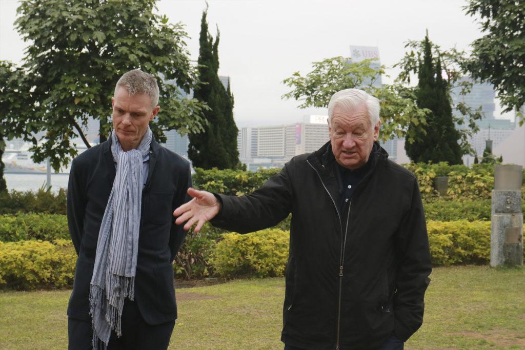 Tim Marlow(左)與Michael Craig-Martin(右)介紹園藝叉雕塑時,認為作品與香港的建築有相似的地方。