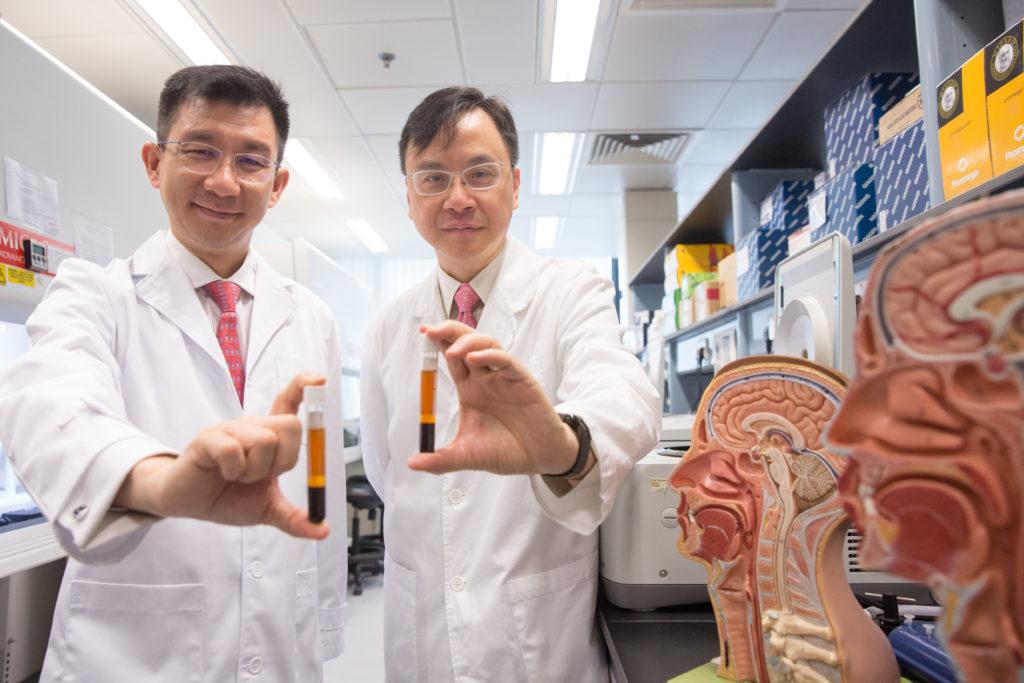盧煜明教授(右)、中大醫學院化學病理學系陳君賜教授(左) 及他們的科究團隊,在鼻咽癌 研究從二萬多人中,有三十四 人確診患有鼻咽癌(其中七成是 早期),較香港患有鼻咽癌率多 於五倍,他指據推斷這次測試 是找到往後五年,原本會出現 晚期的鼻咽癌個案。