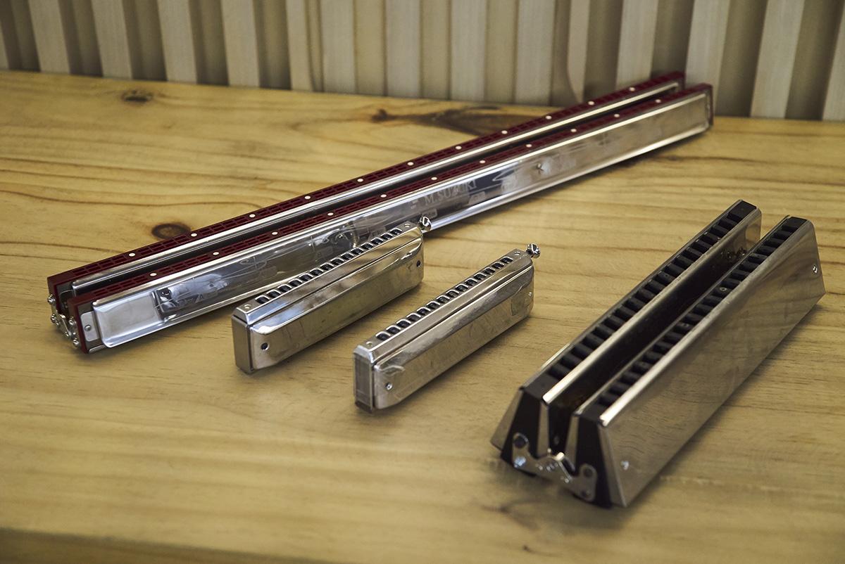 除了最常見的半音階口琴(左二及右二),還有和弦口琴(左一)、倍低音口琴(右一),為合奏樂章帶來更多層次。