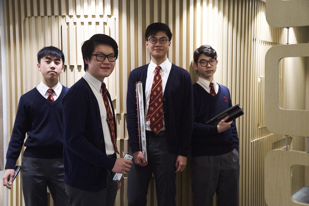 成人組合奏隊成員包括(左起)盧小樹、隊長葉進禧、副隊長周朗軒和蘇俊賢,他們從中一開始就一起夾口琴,只需一個眼神就能明白大家,默契十足。