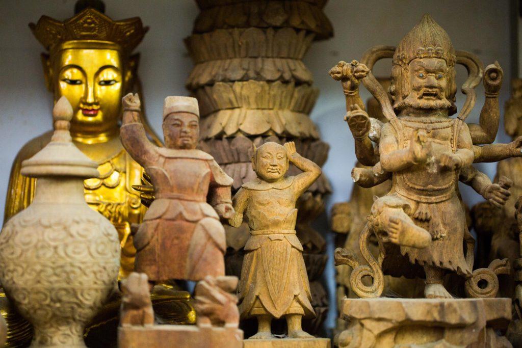 蕭炳強工場「滿天神佛」,很多神像都甚為精巧。
