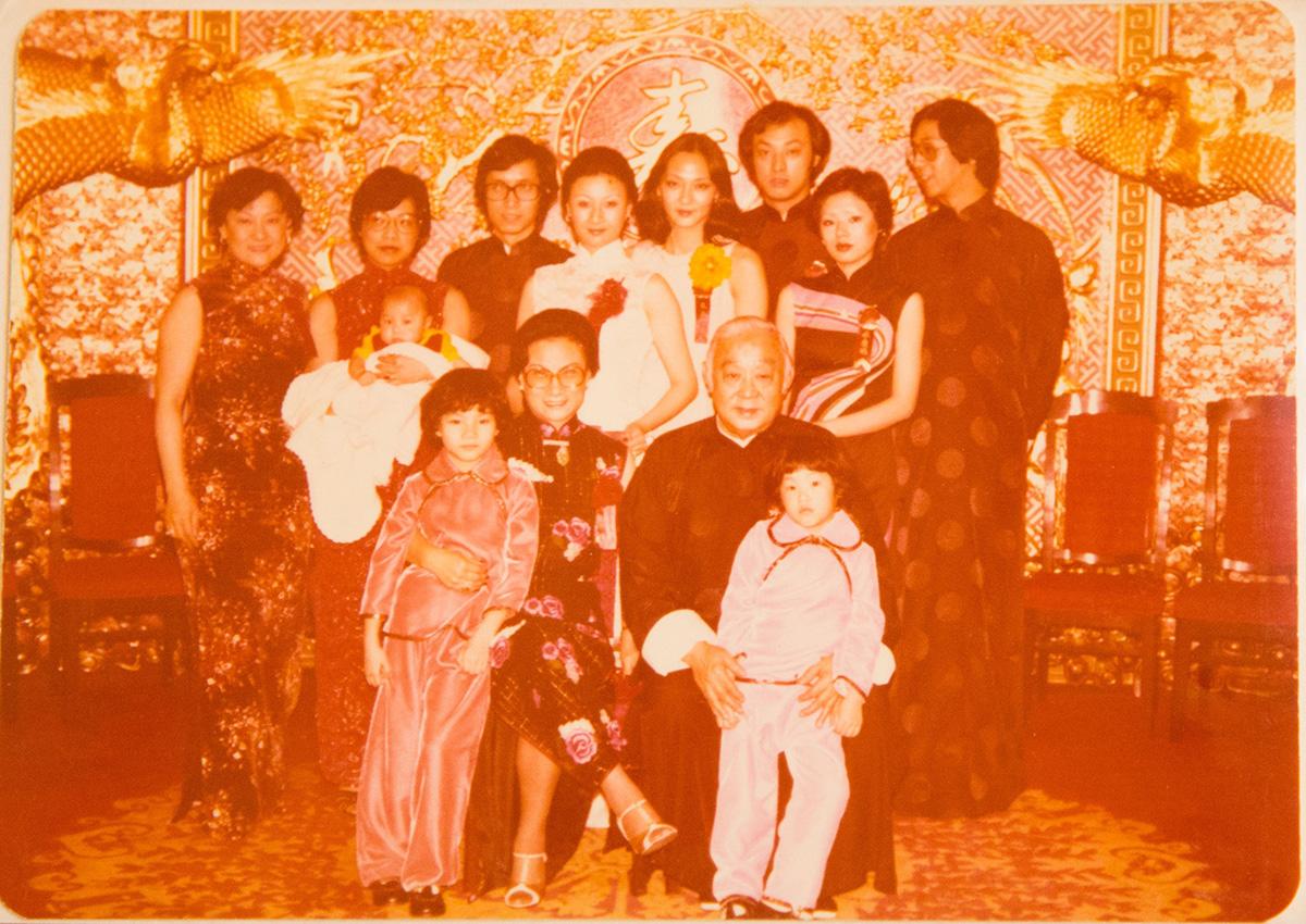 1978年,梁府於龍鳳大禮堂合照,慶祝爺爺梁醒波(前排右二)七十大壽,Andrew剛出世三個月,隨媽媽(後排左二)從英國回港。