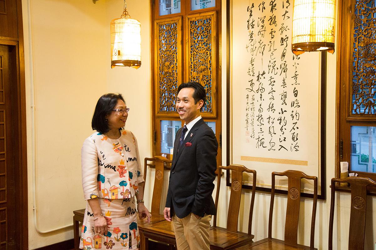 鑽石酒家第三代後人梁智宏(右)和其母親梁甘秀玲(左)保留了鑽石酒家的商號,繼續從事食品生意。