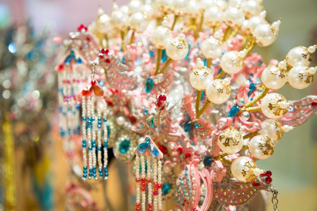 源哥解釋,每件頭飾都按照客人的要求和喜好量身訂造,客人假若負擔得起,他甚至會從外地選購寶石珠飾作素材,務求讓作品戴起來更華麗。