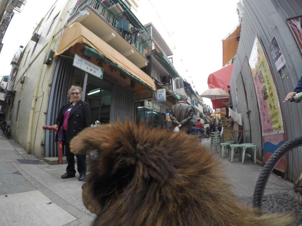 在橫街小巷跟一位外籍人士打照面。