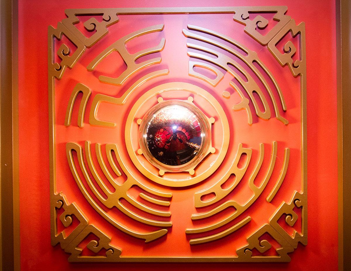 天花板方型圖案,內含延年益壽的字樣,正是仿傚故宮設計。(圖片由鑽石酒家提供)