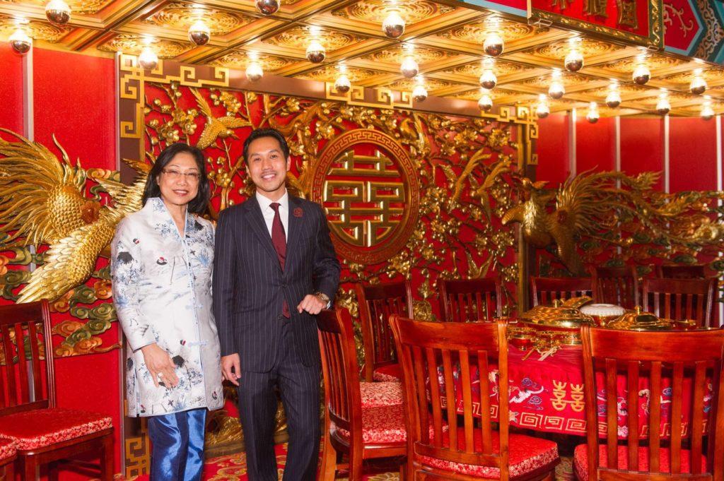 香港文化博物館把禮堂復修後,於《宮囍—清帝大婚慶典》展覽展出,Andrew(右)與Margaret叫齊兄弟姊妹專程回港合照。(圖片由鑽石酒家提供)