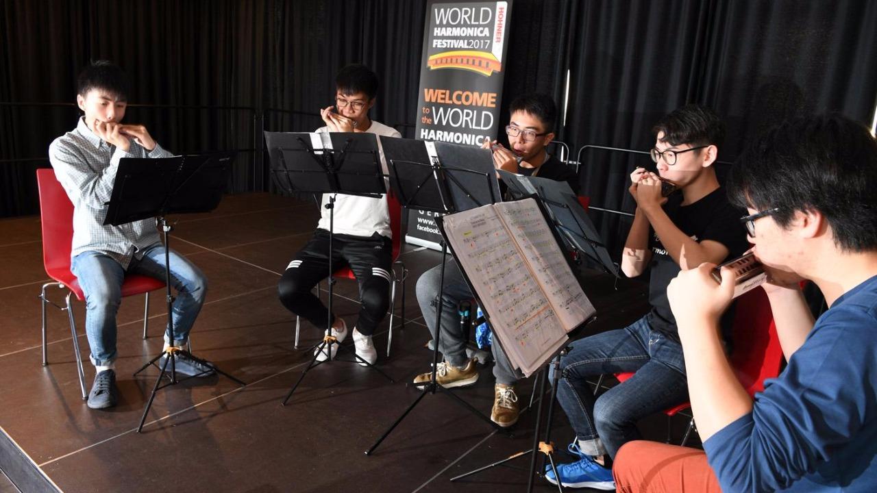 去年他們參加第八屆世界口琴節成人組合奏賽,在比賽前把握時間練習。(圖片由英皇口琴隊提供)