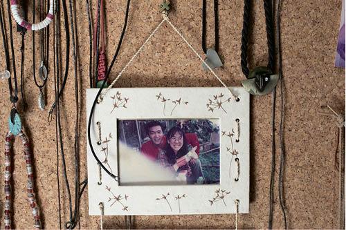 Fanny-Min與現任丈夫Stephen種田時拍下的照片,相框周圍都是裝飾物。她當年與前夫離婚後擬定的十七項大計之中,種田就是其中一項。