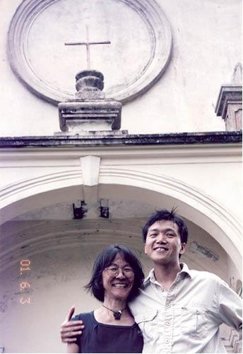人在上世紀九十年代到訪鹽田仔,在聖若瑟小堂前留影,留到今天再看,無意之中反倒成為一張「婚照」。