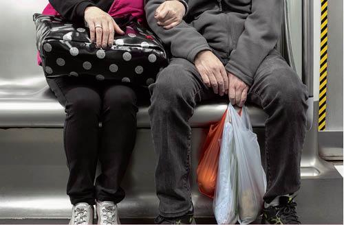 退休後,成雙成對過日子,去街市也是他們的拍拖節目。