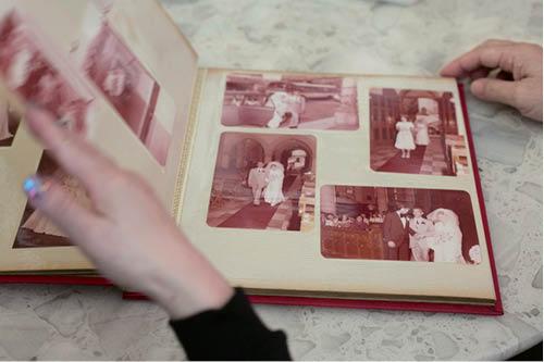 當年流行去「芝柏」影結婚照片,店舖還將他們的合照放在櫥窗。四十年過去,芝柏成了老字號,他們成了老夫妻。