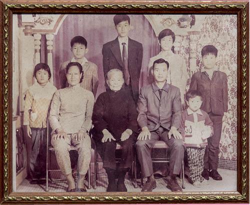 游伯游嬸一家人的全家福,他們共有六個子女。