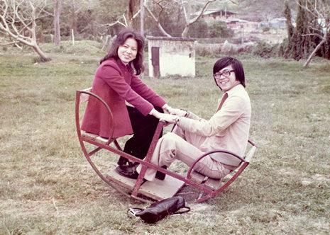 上世紀七十年代外遊,在搖搖板上留影。兩個人,互相借力地過了四十七年。
